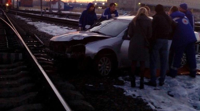Иностранная машина вылетела нажелезнодорожные пути врайоне Ладожского вокзала вПетербурге