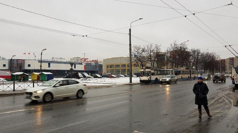 На проспекте Ветеранов встали троллейбусы