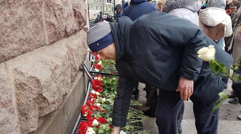Петербуржцы несут цветы к «Технологическому институту» в годовщину взрыва