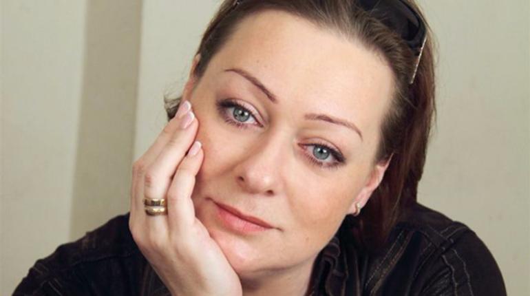 Народная артистка РФ Мария Аронова на гастролях в Сургуте заявила перед зрительным залом о том, что ей не выплатили гонорар за спектакль. Скандал с участием актрисы быстро появился на видеоролике на YouTube.