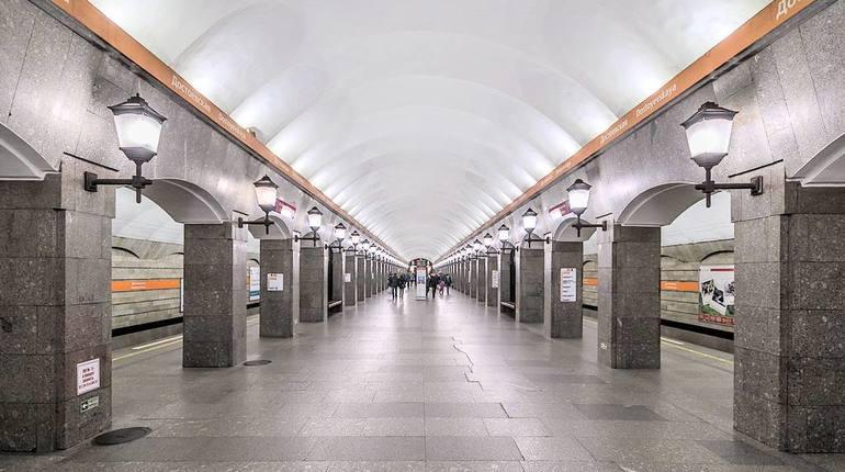 В Петербурге за два часа успели закрыть и проверить две станции метро. На этот раз из-за забытых предметов останавливали работу