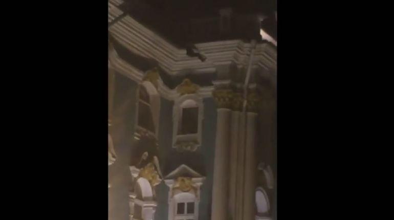 В Петербурге школьники-руферы «покорили» крышу Эрмитажа