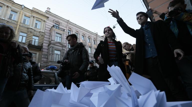 Петербуржцы шлют Роскомнадзору послания на самолетиках