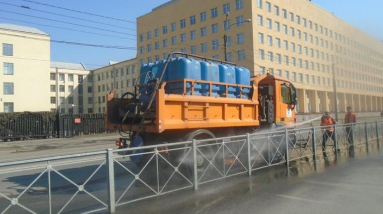 600 единиц техники моют петербургские дороги круглые сутки