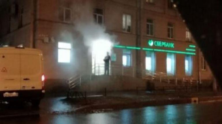 """Отделение петербургского """"Сбербанка"""" охвачено огнем и серым дымом"""