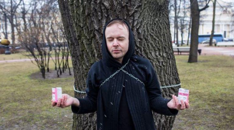 ВИЧ-положительный ЛГБТ- активист облился боярышником в заложниках у дуба