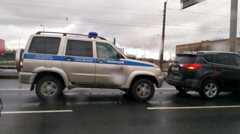 Полицейский «Патриот» влетел в RAV4 на перекрестке в Петербурге