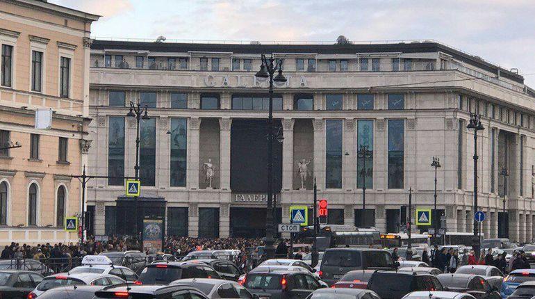В Петербурге эвакуировали ТРК «Галерея»: свет погас, а посетители бегут на улицу
