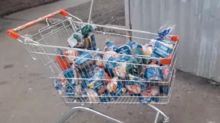 «Пятерочка» выбросила тележку схлебом вПетербурге