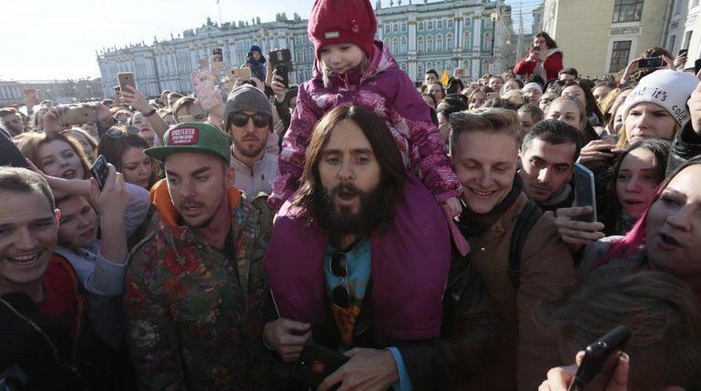 Музыкант Джаред Лето спел спетербургскими фанатами вцентре города