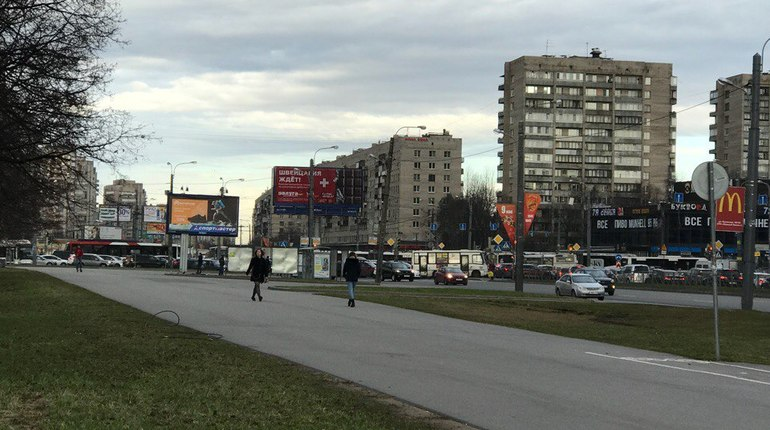 Неработающий на проспекте Славы светофор устроил транспортный коллапс