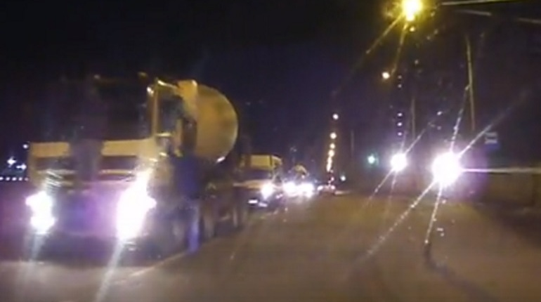 Двое пьяных пытались на ходу «оседлать» бетономешалку в Шушарах
