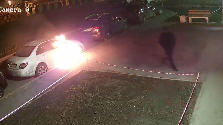 Поджог дорогой иномарки вПриморском районе попал навидео