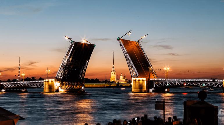 Новость об украшении мостов к Новому году «уплыла» от официальных источников