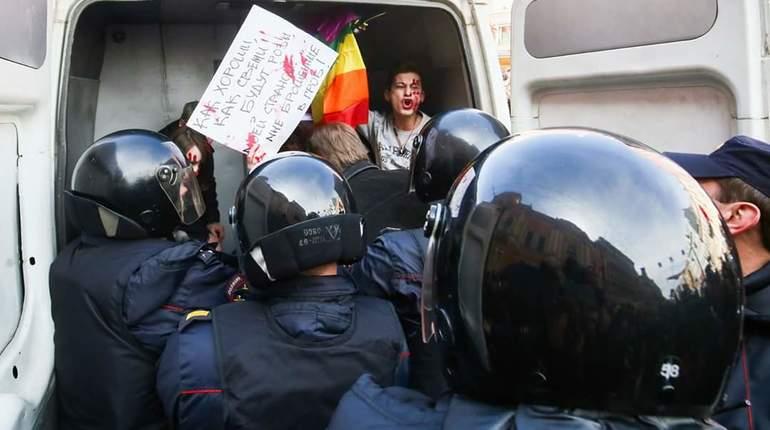 Активистов ЛГБТ задержали за флаги во время шествия на Невском