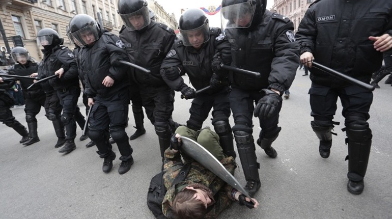 При задержаниях протестующих в Петербурге стали применять дубинки