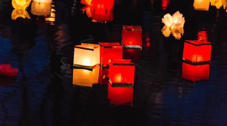 Петербуржцы спускают на воду фонарики и загадывают желания