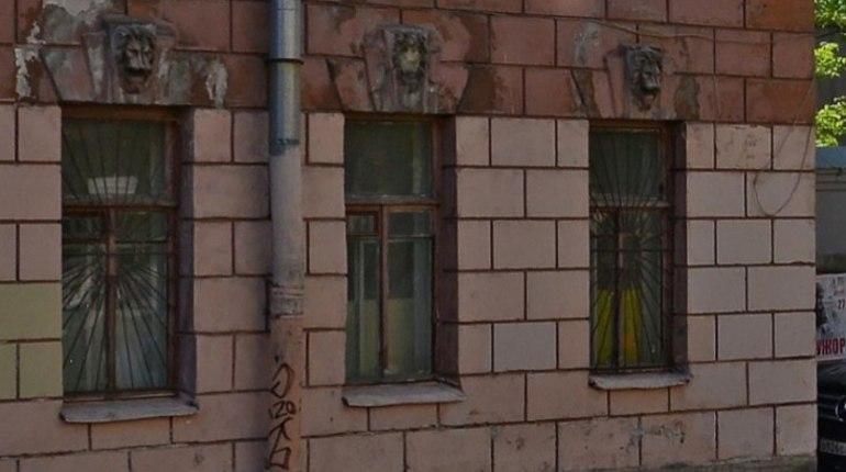 Петербуржцы были удивлены, когда не обнаружили пять львиных голов, которые раньше красовались на фасаде исторического здания, расположенного на 13-й линии Васильевского острова.
