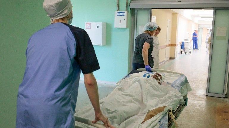 В Ленобласти врачи спасают мужчину с травмой прямой кишки