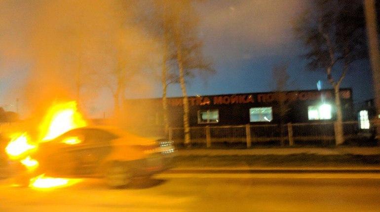 На Приморском шоссе полыхает каршеринговая машина