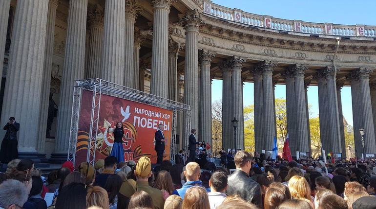 9 мая в Северной столице пройдет огромное количество интересных и запоминающихся праздничных мероприятий в честь Дня Победы. Петербуржцы уже собрались у Казанского собора, чтобы услышать выступление