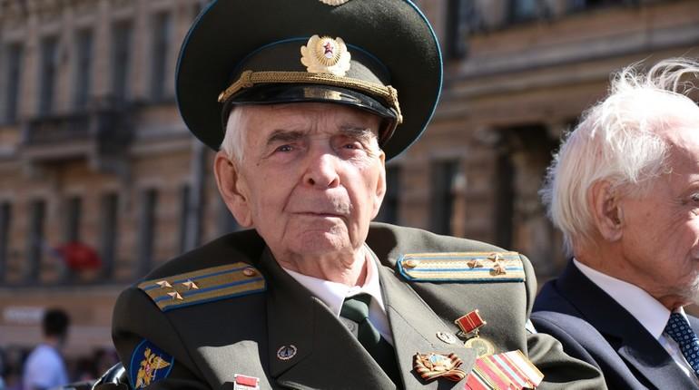 Ветераны на ретро-автомобилях двинулись по Невскому проспекту.