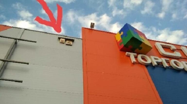 В Волхове фасад ТЦ защитили иконами
