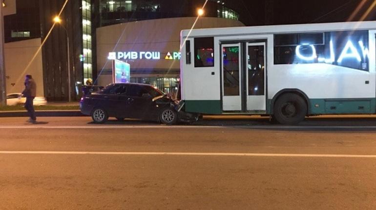 На Бухарестской пьяный водитель влетел в автобус