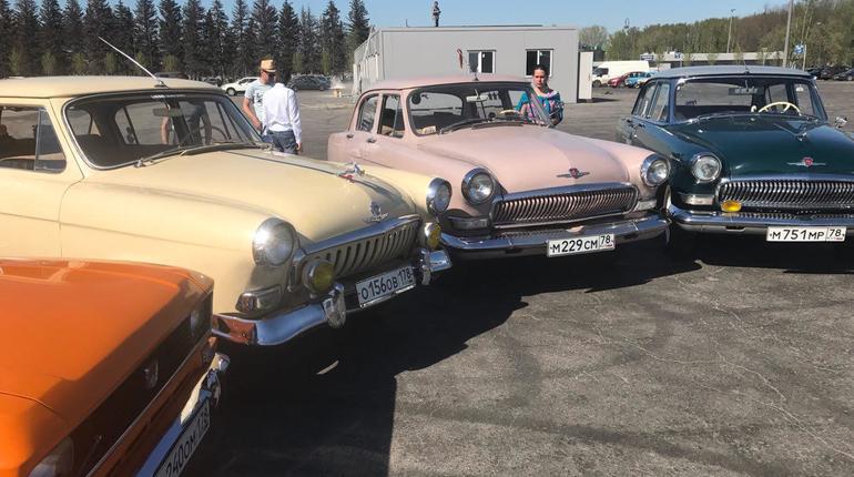 Автолюбители устроили выставку советских авто у «Сибур Арены»