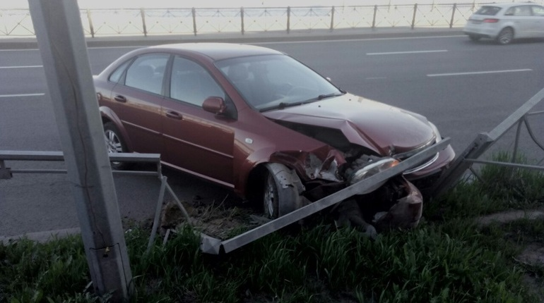 Очевидцы: «пьяная» иномарка снесла забор на Синопской набережной