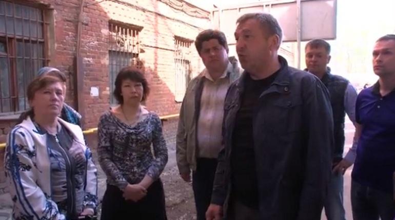 Вице-губернатор Игорь Албин, который отвечает в Петербурге за сферу строительства, принес личные извинения жильцам дома на Ремесленной улице, в 65 сантиметрах от которого был построен мост Бетанкура. По переправе пустили движение в воскресенье, 13 мая.