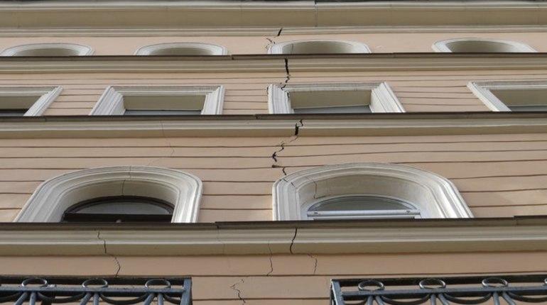 Госстройнадзор приостановил строительство отеля у дома 10 на улице Александра Невского, из-за которого треснул расположенный по соседству жилой дом.