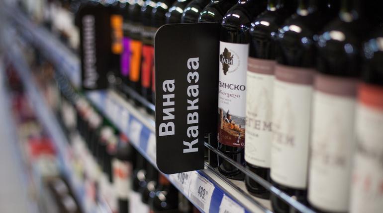 Депутаты ЗС Петербурга в первом чтении одобрили законопроект губернатора Георгия Полтавченко, по которому предлагается ввести ограничения на продажу алкоголя в городе во время проведения ЧМ-2018.