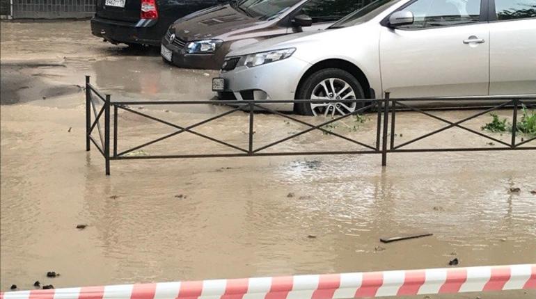 В зону подтопления на Пулковской улице попало несколько автомобилей.