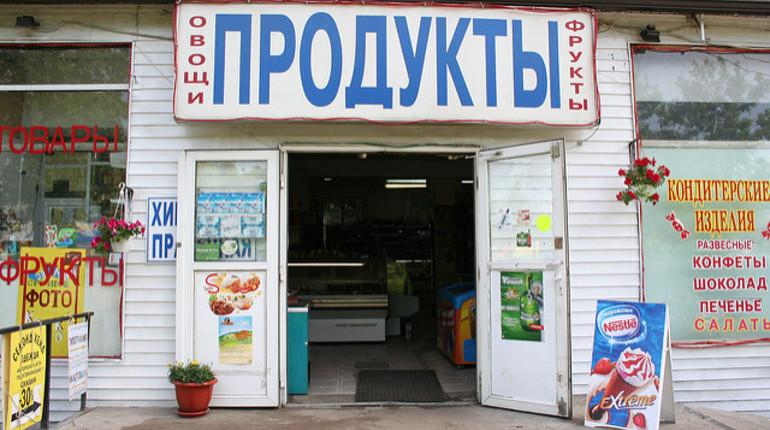 Розничный бизнес в России обяжут принимать банковские карты