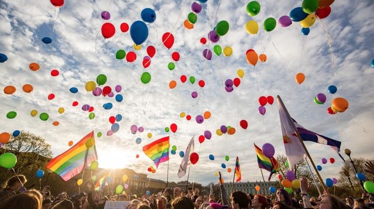 """ЛГБТ-активисты пришли на """"радужный"""" флешмоб в Полюстровский парк Петербурга с родителями"""