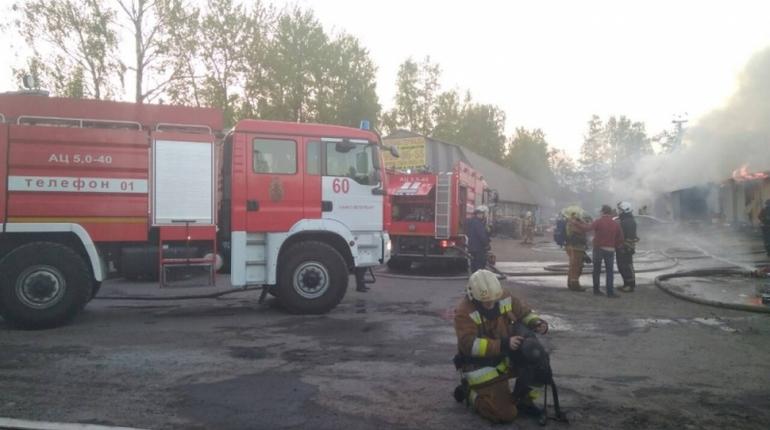 Пожар на складе в Песочном тушили больше шести часов