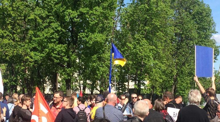 На митинге против пыток в Петербурге развернули украинский флаг