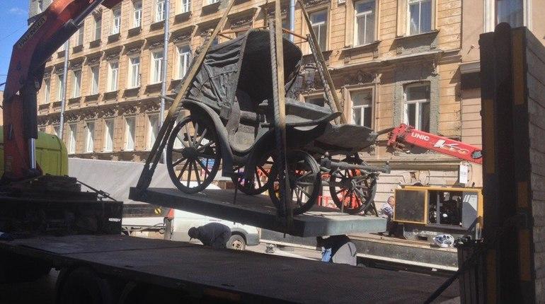 На бывший Каретной улице в Петербурге, 1-й Советской, начались работы по установке памятника карете.