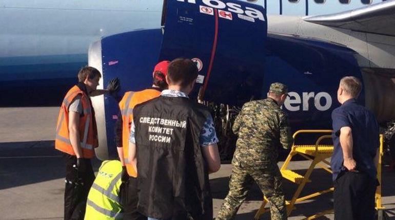 Криминалисты осматривают двигатель «застрявшего» в Пулково самолета