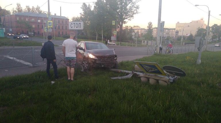 «Делимобиль» снес светофор на улице Коммуны