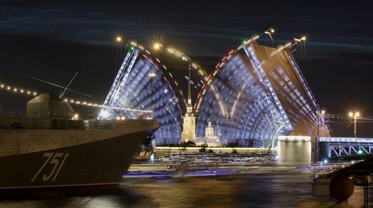 Для гостей города на Неве развод мостов — важный пункт  в туристической программе.  Это одна из самых зрелищных и красивых особенностей Санкт-Петербурга.   Посмотреть на развод мостов можно с конца апреля вплоть до ноября.