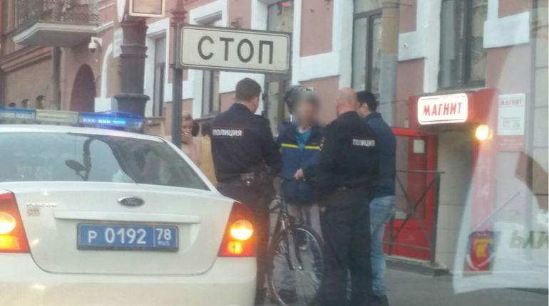 Полиция Петербурга задержала молодого человека, которого подозревают в краже веловора. Поняв, что попался, мужчина расплакался.