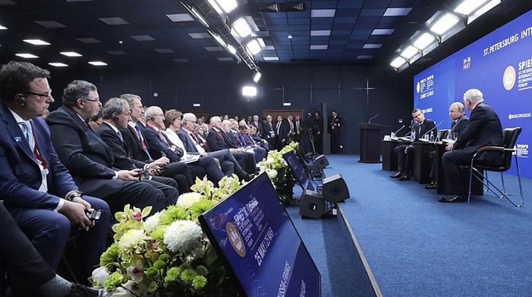 В рамках Петербургского экономического форума-2018 состоялась пленарное заседание с участием президента Рф Владимира Путина и других мировых лидеров. Выступая, глава государства рассказал о перспективах развития отечественной экономики и о том, что ждет успешных губернаторов.