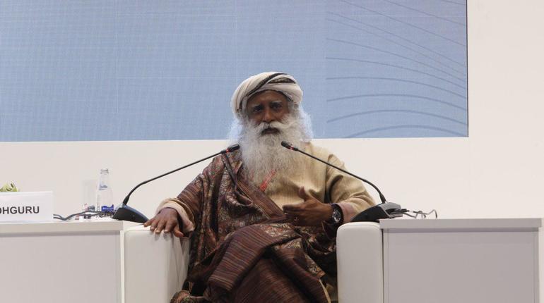 Индийский йогин и мистик Садхгуру очаровал гостей ПМЭФ. На форуме он выступил в рамках пленарного заседания Сбербанка по приглашению Германа Грефа. В кулуарах идею оценили и, похоже, захотели заимствовать.