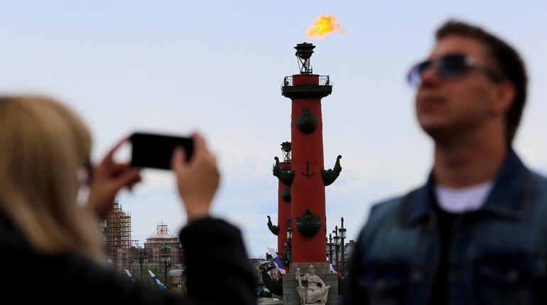 В честь Дня города в Санкт-Петербурге зажгутся факелы Ростральных колонн.