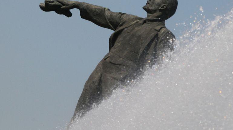Памятник Ленину на Московской торжественно помоют
