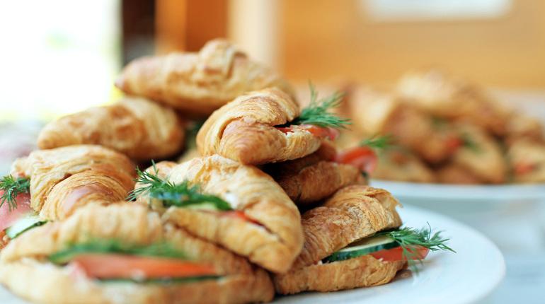 Американские ученые пришли к выводу, что музыкальное сопровождение в ресторане или кафе может повлиять на выбор пищи.