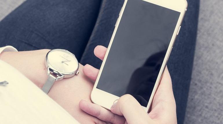 На Дворцовой таджики пытались украсть айфон у школьницы