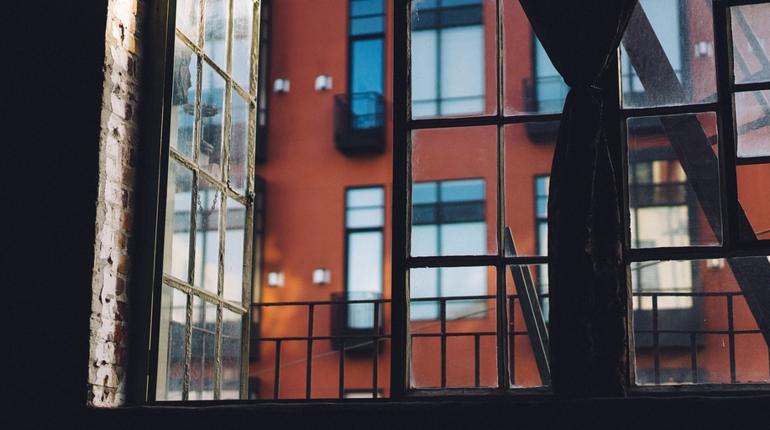 В Петербурге из окна квартиры выпала ученица 10 класса